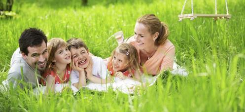 Familie mit Zwillingsmädchen